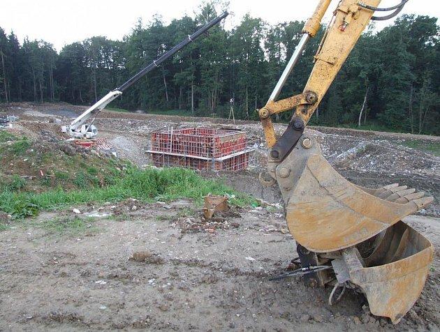Stavební práce na biologické čistírně odpadních vod v Libici nad Doubravou začaly loni na jaře. Skutečný provoz začne naplno letos na podzim.