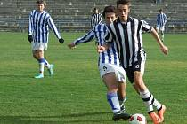 Pelhřimovský Čáp (vpravo) sice obstaral první gól zápasu starších dorostenců, ale spolu se svými spoluhráči se z bodového zisku neradoval. Humpolci přihrál vítězství čistý hattrick Prokopa.