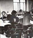 Na doporučení Obchodní a Průmyslové komory v Českých Budějovicích bylo ve sklárně v Kamenici nad Lipou a ve Včelničce uspořádáno školení pro malbu skla a porcelánu za účasti dvou profesorů z Uměleckoprůmyslové školy v Praze a profesora Jůny ze Státní sklá
