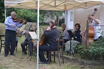 Hudebníci z předních pražských orchestrů zahráli v Miletíně na pomoc kapli sv. Kříže.
