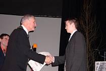 Mladý bojovník Tomáš Karel si udělal doma ve vitrínce čestné místo pro první diplom, o který se nemusel prát.