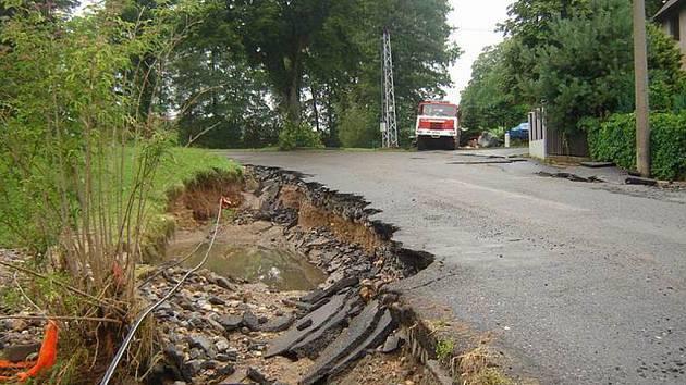 Velká voda poškodila v zaplavených oblastech obydlí lidí i infrastrukturu. Pomoc hasičů z Vysočiny spočívala například v dovozu desinfekčních prostředků.