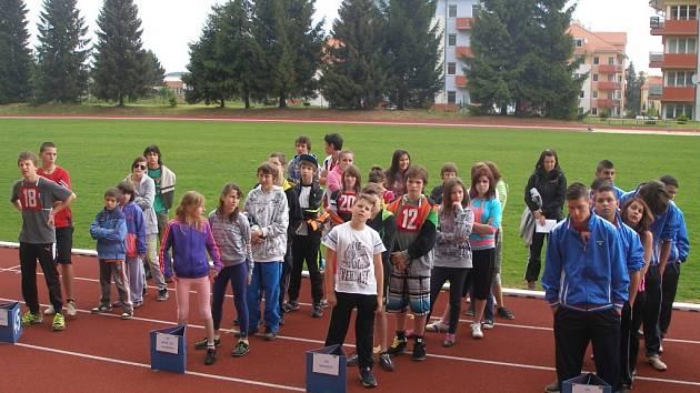 Nástup jednotlivých družstev na stadionu.