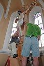 Do kaple svatého Kříže v Pelhřimově se ve středu 19. září vrátil zachráněný oltář.