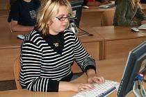 Na pětapadesát dětí ze třinácti základních škol včera na Obchodní akademii v Pelhřimově prohánělo své prsty po klávesnici.