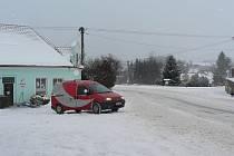 Stávající Mateřská školka v Rynárci sídlí hned vedle hlavní silnice, která vede na Horní Cerekev a Počátky.