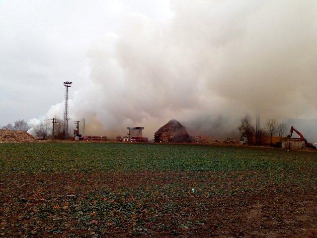 Nad skládkou v Nové Cerekvi se stále drží oblak dýmu.