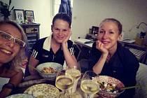 Zuzana Kubáňová (vlevo) si spolu s Evou Feřtekovou na posledním turnaji užívaly speciální péče. Bydlely u kamarádky a rovněž české squashistky Anny Serme, která se do Francie provdala.