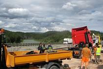 Píšť 76km - V pondělí ve 13:41 hod havaroval na 75. km dálnice D1 ve směru na Brno nákladní automobil. Kamion blokoval tři jízdní pruhy a z nádrží vytékalo velké množství nafty.