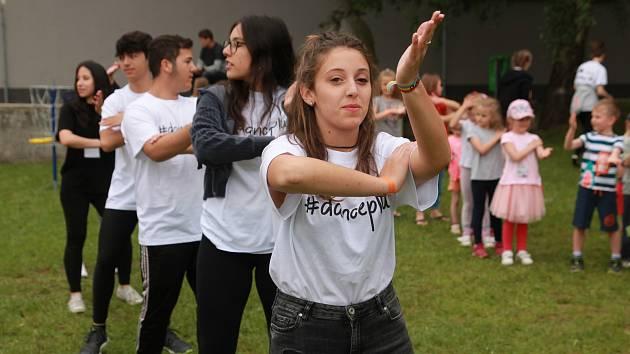 Na páteční nesoutěžní přehlídce Region tančí se v Pelhřimovském kulturním domě Máj tančilo v sále, v předsálí i na plochách před samotným kulturním domem.