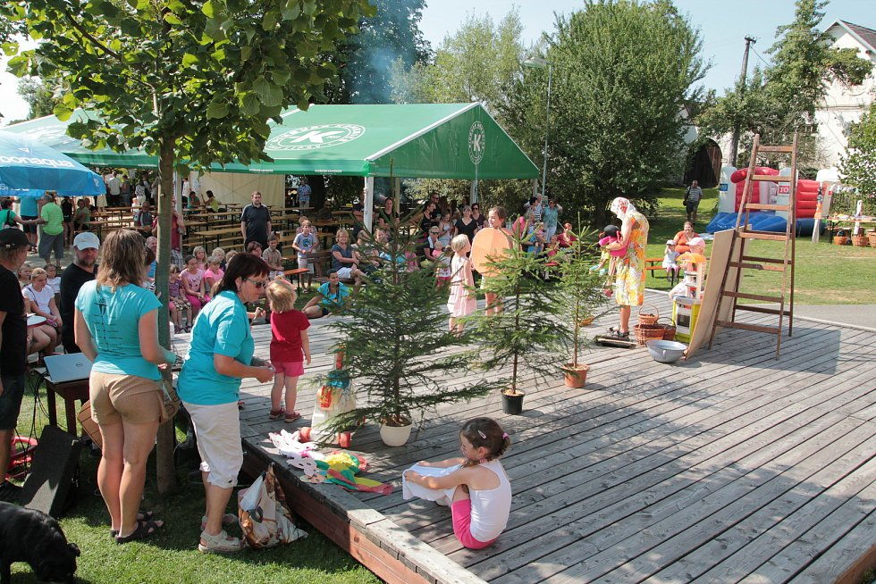 Řezbáři obsadili Magickou zahradu, děti lákal program ve vsi.