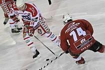 Zatímco Pelhřimov (vlevo Daniel Vrdlovec) v souboji o předposlední místo v Kolíně neuspěl, Žďár (vpravo Martin Sobotka) poskočili po výhře na druhé místo.