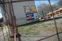Oplocený plácek v Žižkově ulici se asi jen tak nějakého vzruchu nedočká. Místo čeká na nového majitele.