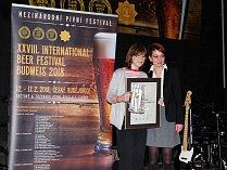 Ocenění přebírala Jana Hájníková (vlevo).