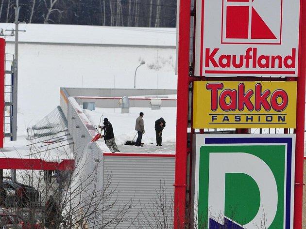 Hustá pokrývka sněhu trápí nejen silničáře, ale také majitele obchodů a supermarketů. Velké plochy střech zatím náporu vysoké vrstvy odolávají, kvůli bezpečnosti je však třeba sníh odstranit. Sníh se odklízí ze supermarketů a ze zimních stadionů.