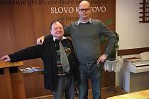 Dva evangeličtí faráři. Michaela Hánu (vlevo) střídá v čele sboru Českobratrské církve evangelické v Pelhřimově-Strměchách Petr Turecký.