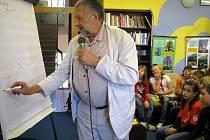 Pelhřimovská knihovna  praskala ve švech. Jana Vodňanského si dopoledne přišlo poslechnout několik desítek dětí ze základních škol.