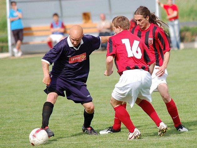 Hodně rozdílné výkony podali ve dvou přípravných zápasech fotbalisté  pelhřimovské juniorky. Nejprve utrpěli debakl od Horní Cerekve, aby následně získali cenné vítězství nad Třeští.