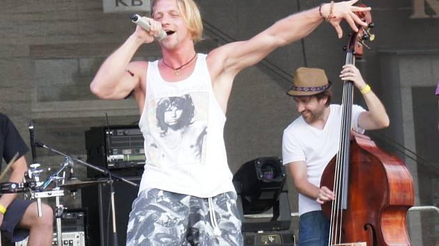 Tomáš Klus dostal na Bernard Festu do varu celé náměstí. Mezi písničkami nechyběly vtipné komentáře.
