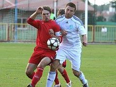 Fotbalisté Třebíče (v červeném David Komínek) se v minulém ročníku Ondrášovka cupu dostali hodně daleko. Zastavily je až prvoligové Teplice.