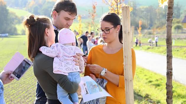 Rodiče sázeli stromky za své potomky poblíž Pelhřimova.