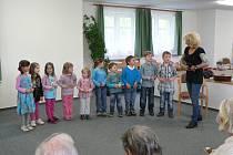 Den matek oslavili v pondělí i v Domově pro seniory v Pelhřimově. Potěšit zpěvem babičky a dědečky, tam přišly děti, které docházejí do pelhřimovského domu dětí a mládeže na kroužky Kytary a Zpívánky.