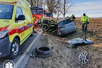 Dopravní nehoda se stala v sobotu krátce před půl devátou ráno. Řidiče museli z vozu vyprostit hasiči.