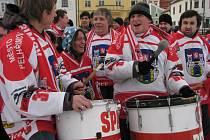 Když fanoušci šli do ulic, aby podpořili pelhřimovský hokej, Paval Rafaj (s bubnem) mezi nimi nemohl chybět.