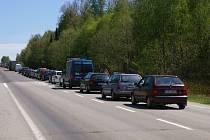 V minulých dnech se tvořily fronty aut hlavně na úseku u Záhoří, kde se pokládal nový asfalt.