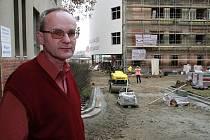 """Rozsáhlá oprava pelhřimovské nemocnice si vyžádala řadu omezení.  """"Nyní jsme museli vytvořit provizorní přístup do budovy ředitelství, kde je také příjem pacientů,"""" upozornil Koubek."""