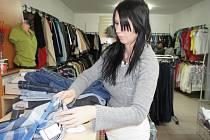 Zákazníci na Pelhřimovsku mají rok od roku větší zájem o oblečení takzvaně z druhé ruky. Na snímku je prodavačka ze second handu Triatex Renata Růžičková.