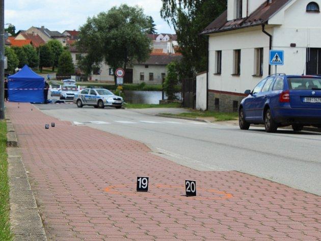 Po pondělní šesté hodině ranní policie obdržela zprávu o mrtvém muži před domem v Horní Cerekvi. Dopoledne místo nálezu připomínaly policejní značky.