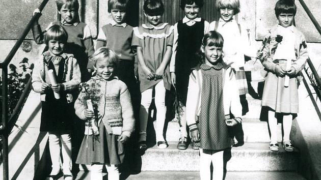 Jiřické děti šly k zápisu do první třídy pro školní rok 1987/1988 a společně se nechaly vyfotografovat.