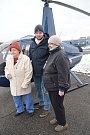 Důchodkyně z Domova důchodců v Onšově si vyzkoušely let vrtulníkem.