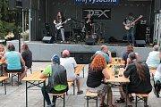 Lidé i letos na Malý rockový festival dorazili. Postupně jim zahrály D.Ex, Hak Mak a The Revolt.
