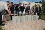 V zahradě pacovského Domova seniorů – domova důchodců se slavilo, zatímco v sousedství byly na staveništi Domu sociálních služeb patrné práce na stavbě základů nového objektu.