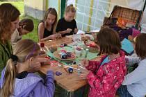 Korálkování, tvorba hrnečků, plstění, pletení z pedigu, modelování, malování na textil a další umělecké činnosti lákaly malé i velké umělce