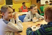 Malí návštěvníci dětského oddělení pelhřimovské knihovny se v pondělním deštivém dni společně začetli do světového bestselleru.