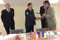 Humpolečtí dobrovolní hasiči dostali od zástupců města pamětní list.