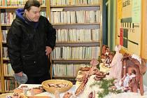 Ukázky tvorby z užitkové a dekorativní keramiky Marie Blažejové, jejíž výstava tento týden končí, si v oddělení beletrie včera prohlížel Luděk Pacák z Pelhřimova.