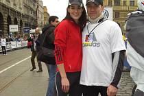 Marcel Brož jako člen pořadatelského týmu doprovázel při pražském půlmaratonu také českou královnu krásy Lucii Váchovou. Bývala gymnastka tam vedla běžeckou rozcvičku.