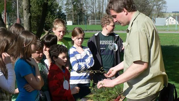 Děti ze základní školy plní  v rámci projektů zajímavé úkoly a zúčastňují se nejen v okolí školy mnoha aktivit jako například Dne Země (na snímku). Opravou zámeckého parku by získaly další možnost k vzdělávání na čerstvém vzduchu.