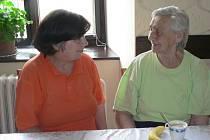 S Marií Vávrovou (vpravo) mluví Marie Pavlíková.