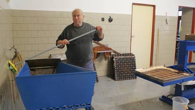 Poslední kila jablek proměnili pelhřimovští zahrádkáři v přírodní jablečnou šťávu toto pondělí, kdy už také místnost na moštování, sídlící Na Obci, uklidili.