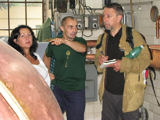 Britský novinář a cestopisec Adrian Tierney–Jones (vpravo) si prošel celý pelhřimovský pivovar. Reportáž se objeví v prestižním listu Daily Telegraph.