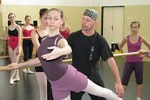 Klasický balet v pelhřimovské tělocvičně vyučuje  Václav Janeček (na snímku), baletní mistr a dramaturg pražského Národního divadla i Laterny Magiky.