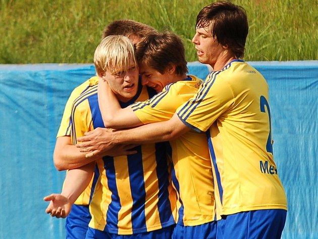 V tuto chvíli bylo fotbalistům Pacova hej.  Martin Kerouš (vlevo) je v 18. minutě poslal do jednogólového vedení.