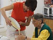 Na fotografii je nominovaná pečovatelka Jitka Březinová spolu s klientkou pelhřimovského domova pro seniory.