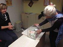 Zapečetěná kasička skrývala více než deset tisíc korun