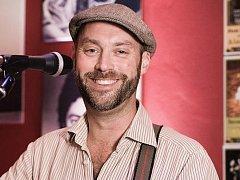 Anglický zpěvák a skladatel už devět let žije v Praze. Tento týden se chystá na koncert do Pelhřimova a do Pacova.
